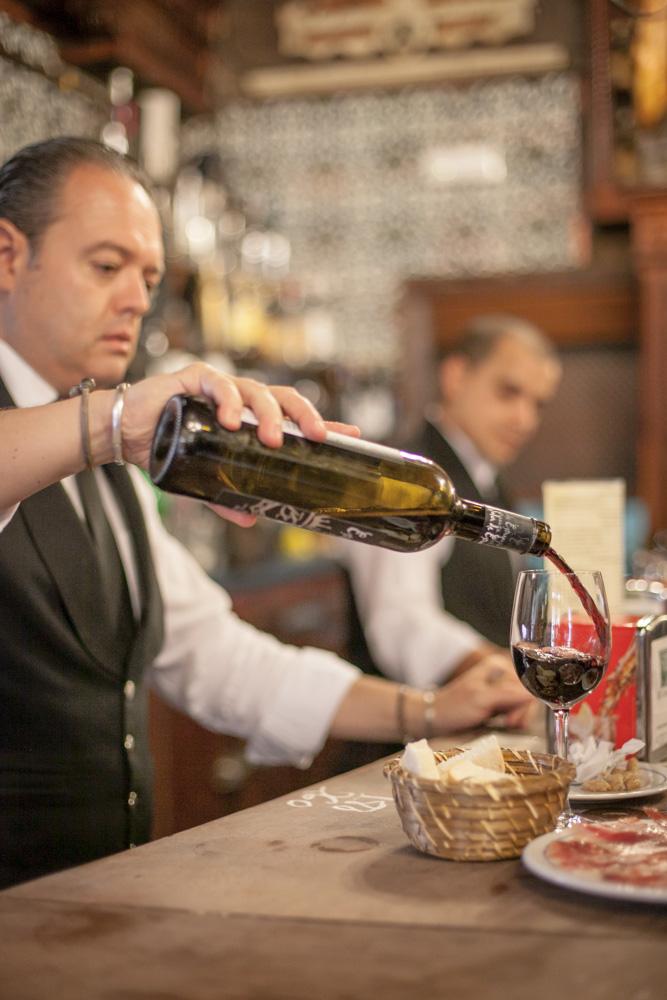 """Kelnerzy w restauracji """"El RInconcillo"""" jednej z najstarszych w Sewilli"""