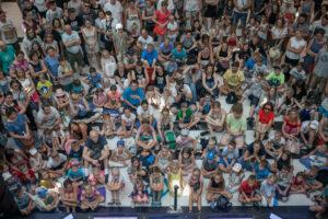 Publiczność podczas spektaklu w centrum handlowym Tarasy Zamkowe
