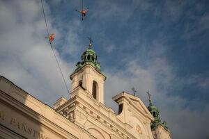 Spacer po taśmach zawieszonych między Wieżą Trynitarską a archikatedrą